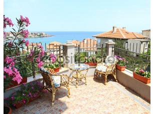 Фотообои «Красивый внутренний дворик, окруженный цветами»