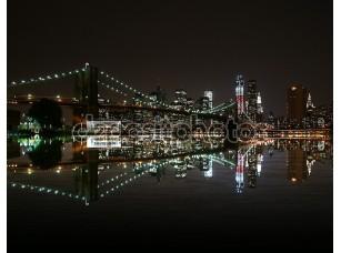 Фотообои «Бруклинский мост ночью отражают в Ист-Ривер и Нью-Йорк на фоне линии горизонта. Башня свободы»