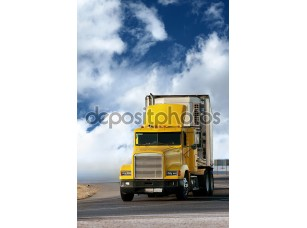 Фотообои «большой желтый трейлер на дороге»