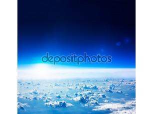 Фотообои «вид сверху земли. темно-синее небо и облака..»