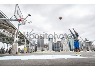 Фотообои «Баскетбол игрок подготовки выстрела на суде»