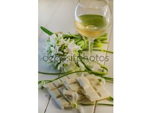 Фотообои «Белый шоколад и бокал вина»