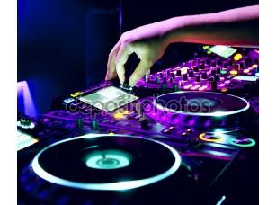 Фотообои «DJ смешивает трек»