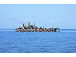 Фотообои «Военное судно в морских просторах»