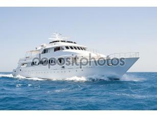 Фотообои «Большой моторная яхта в настоящее время на море»
