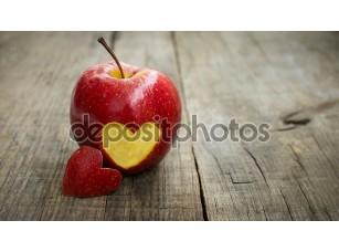 Фотообои «Apple с гравировкой сердца»