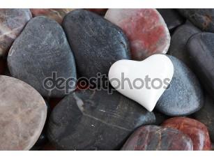 Фотообои «Белое сердце, окруженный камнями»