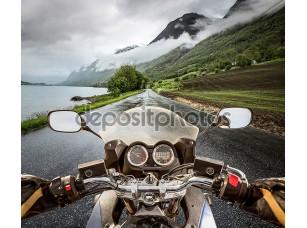 Фотообои «Байкер едет на мотоцикле в дождь»