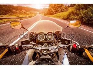 Фотообои «Байкер едет по дороге»