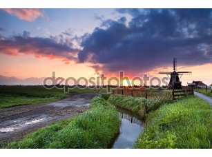 Фотообои «Теплый восход солнца над голландская мельница и река»