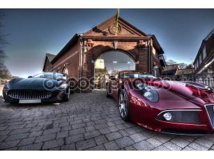 Фотообои «2 Спортивных автомобилей на стоянке паркованных вне здания»