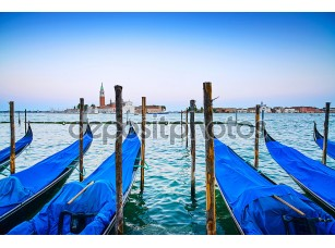 Фотообои «Venice, gondolas or gondole on sunset and church on background.»