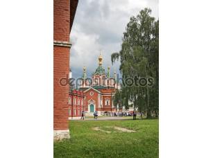 Фотообои «Коломна, Россия - 14 июня: туристы идут в пределах uspensky brusensky монастырь в коломенском Кремле, Россия 14 июня 2014»