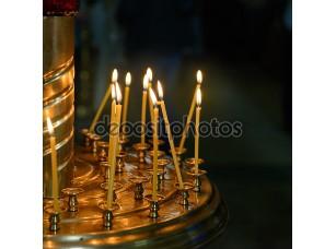 Фотообои «горящий воск свечи в христианской церкви»