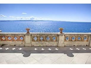 Фотообои «Балкон с видом на море в Триесте замок Мирамаре»